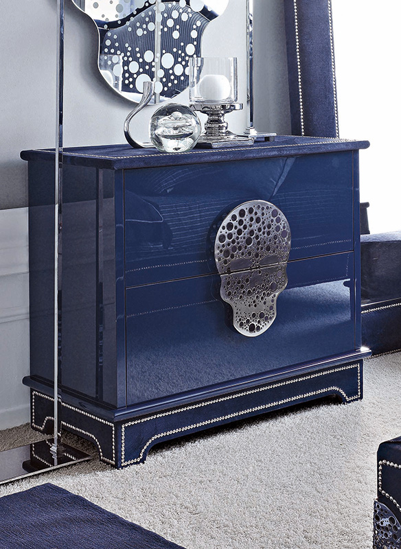 <strong>1570</strong> 2-drawer dresser with large stainless steel skull split 