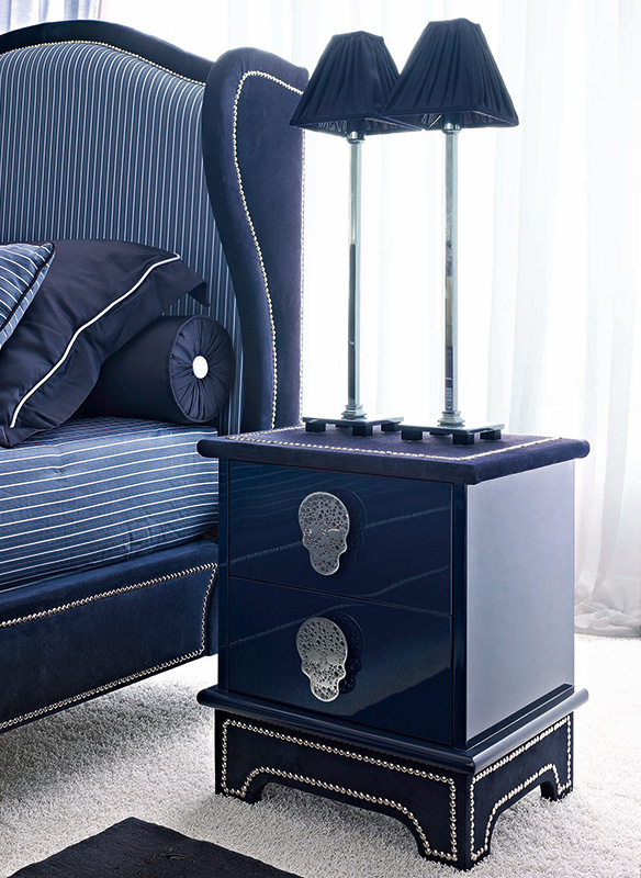 <strong>1571</strong> 2-drawer nightstand with small stainless steel skull handle MR12