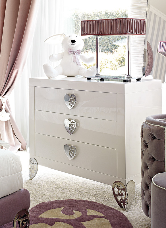 <strong>1630</strong> 3-drawer dresser with large heart handle MR09